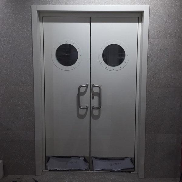 Маятниковая противопожарная дверь